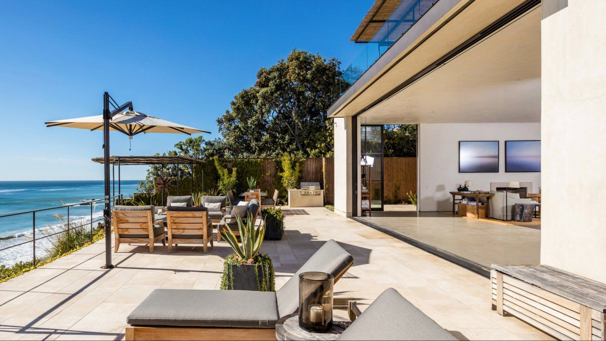 Malibu Home Of Netflix Chief Content Officer Ted Sarandos Malibu Homes Malibu Mansion Mansions