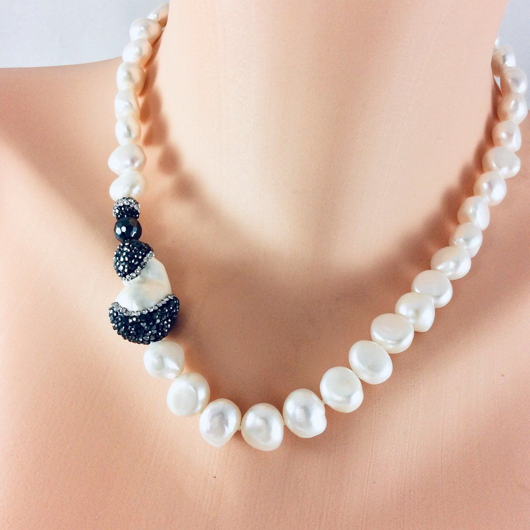Wearing Pearls Doesn T Mean You Have To Look Dated You Can Totally Rock Your Pearls Without Loosing Your Modern Edg Elegant Necklaces Necklace Bridal Necklace