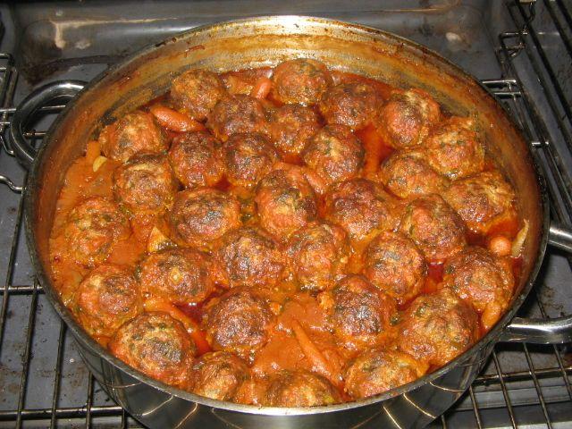 קציצות בשר וסלרי עם גזר ותפוחי אדמה ברוטב עגבניות - אוכל וחיות מבית טוב - תפוז בלוגים