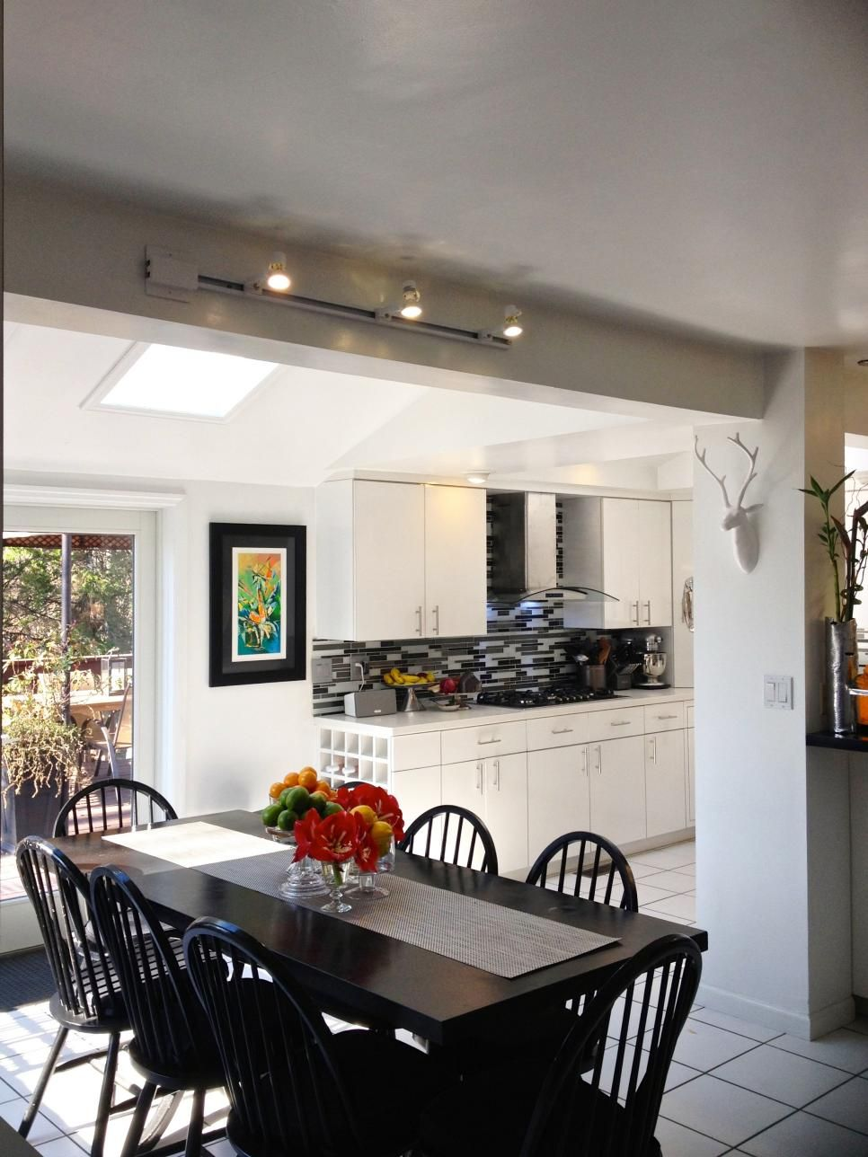 This Open Black And White Kitchen Puts A Chef Right In The Middle Of Gourmet Paradise Transitions Seamlessly Into Adjoining Dining Space