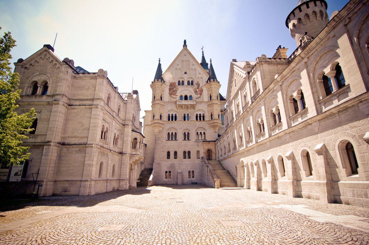 """Castillo de Neuschwanstein construido por el Rey Ludwig II sobre la peña de Hohenschwangau. Baviera. Alemania. Siglo XIX: La primera piedra se coloca el 5 de septiembre de 1864. Promedio de visitantes anual: 1,3 millones de personas. Aforo máximo alcanzado por día: 8.000 personas. Fue elegido por Disney en 1959 para ambientar """"La Bella Durmiente"""". (1200×797)"""