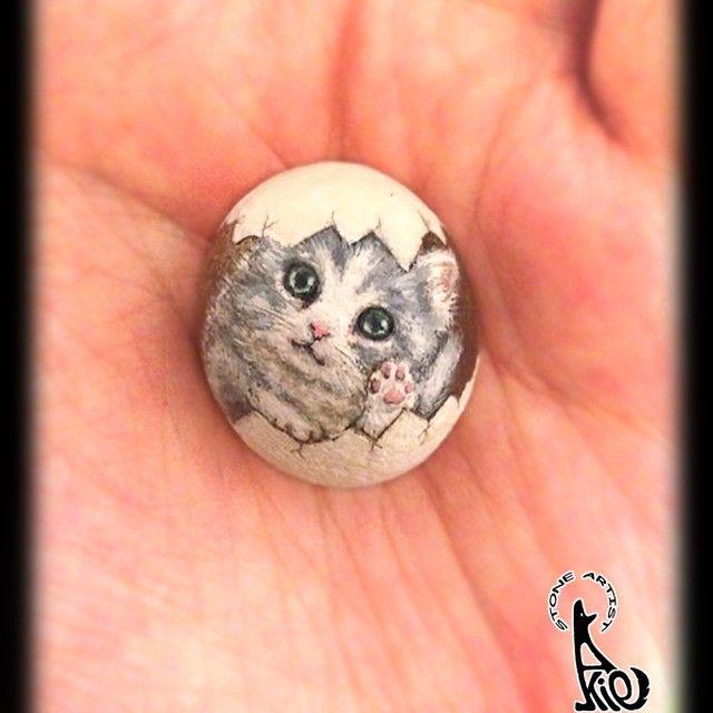 小さなたまご猫です。 サイズは縦25mm、横21mm。 近々横浜で開催されるグループ展に出展します。 詳細は後ほどご紹介させて下さい(*^_^*) Egg kitten painted on stone (shape unaltered) at 2012. Max. width: 25mm. #egg #kitten #kitty #cat #animal #stone #rock #rockart #rockpaint #stoneart #stonepaint #paint #painting #draw #drawing #pebble #art #fineart #akie #ねこ #猫 #ネコ #instartpics #artist_4_shoutout