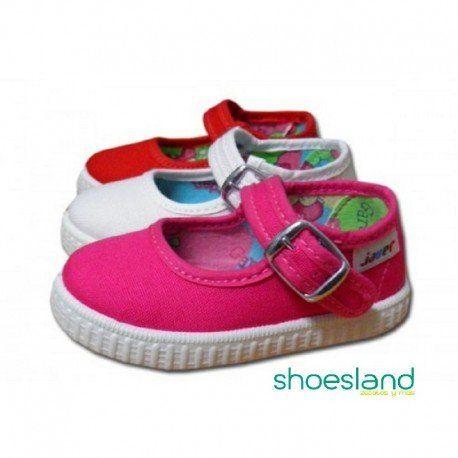 2593ddb2977 La clásica zapatilla de lona con hebilla que ajusta el pie de tu niña y que