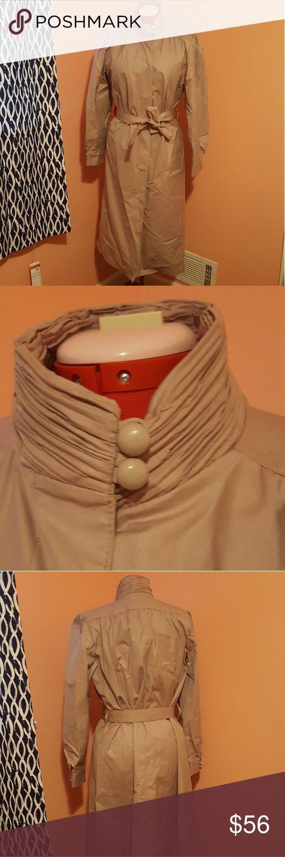 #Coat #Fog #i39m #Lavender #London #OBSESSED #Raincoat #Rainy Day Outfit vintage #Trench #vint #Vintage London Fog Vintage Lavender Raincoat Trench coat I'm obsessed with this vint...        ロンドンフォグヴィンテージラベンダーレインコートトレンチコートこのヴィンテージのロンドンフォグレインコート/トレンチコートに夢中です。ほっそりしたラベンダー色で、襟ぐりはシャーリングで少し肩がふくらんでいます。雨の日の衣装を見せるために、ベルトで縛ったり、ボタンを外したままにしておきます。ロンドン... #rainydayoutfitforwork
