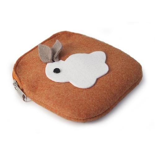 PORTAMONETE CONIGLIETTO  -  Portamonete in lana cotta decorato da tenero coniglietto. Dim: 12 x 13 cm.