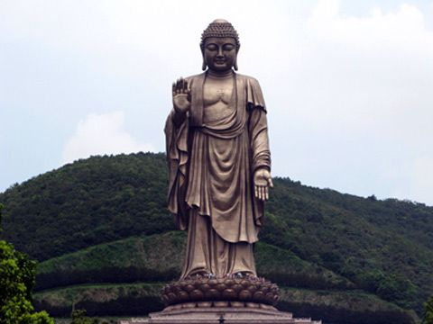 Linh Son Great Buddha statue was completed in 1996 with a height of 88 m, the center of cultural, spiritual tourism of Jiangsu Province, attracts visitors at home and abroad to admire, worship annually. Buddha statues carved image of Sakyamuni.