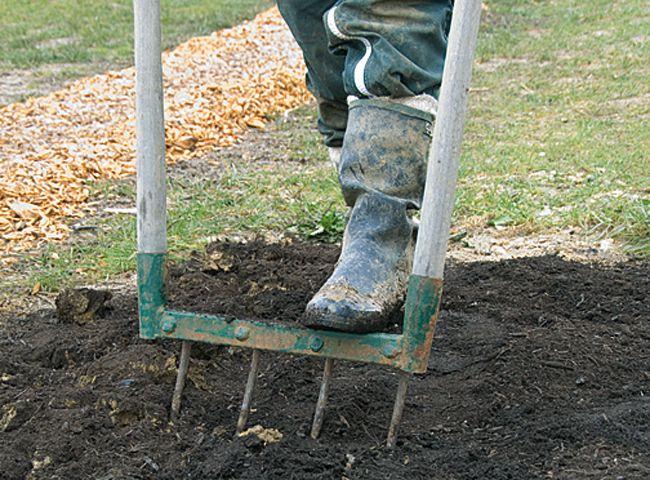Pour niveler la terre, émietter, incorporer du compost dans la terre ou ameublir le sol du jardin, utiliser une Grelinette, outil de jardinage biologique.