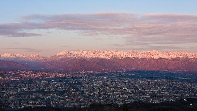 Torino, con cui sto insieme da una vita. Se fossi uno scorcio della mia città sarei la vista dal Colle della Maddalena, imperdibile ma lontana dal centro.