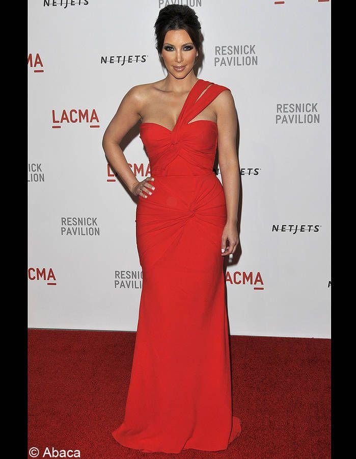 Femme fatale en robe rouge