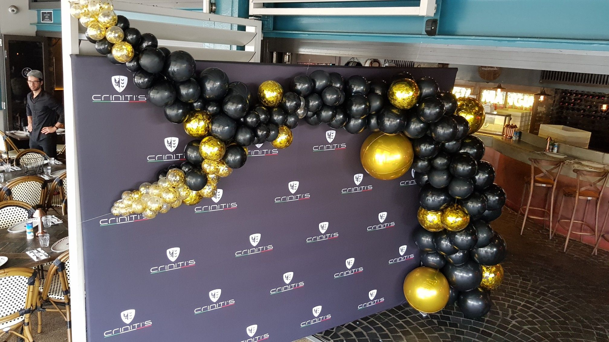 Cute Black And Gold Organic Arch Softening The Edges Of This Media Wall Balloon Design Balloon Decorations Balloons