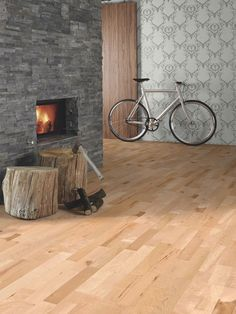 heller parkett boden lackiert mit kamin in steinwand grau. Black Bedroom Furniture Sets. Home Design Ideas