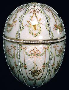 1901 - House of Fabergé - Gatchina Palace Egg - Walters  Caratteristiche Materialioro, smalto, argento dorato, diamanti, cristallo di rocca, piccole perle[1] e velluto. Altezza12,7 cm. Diametro9,1 cm.