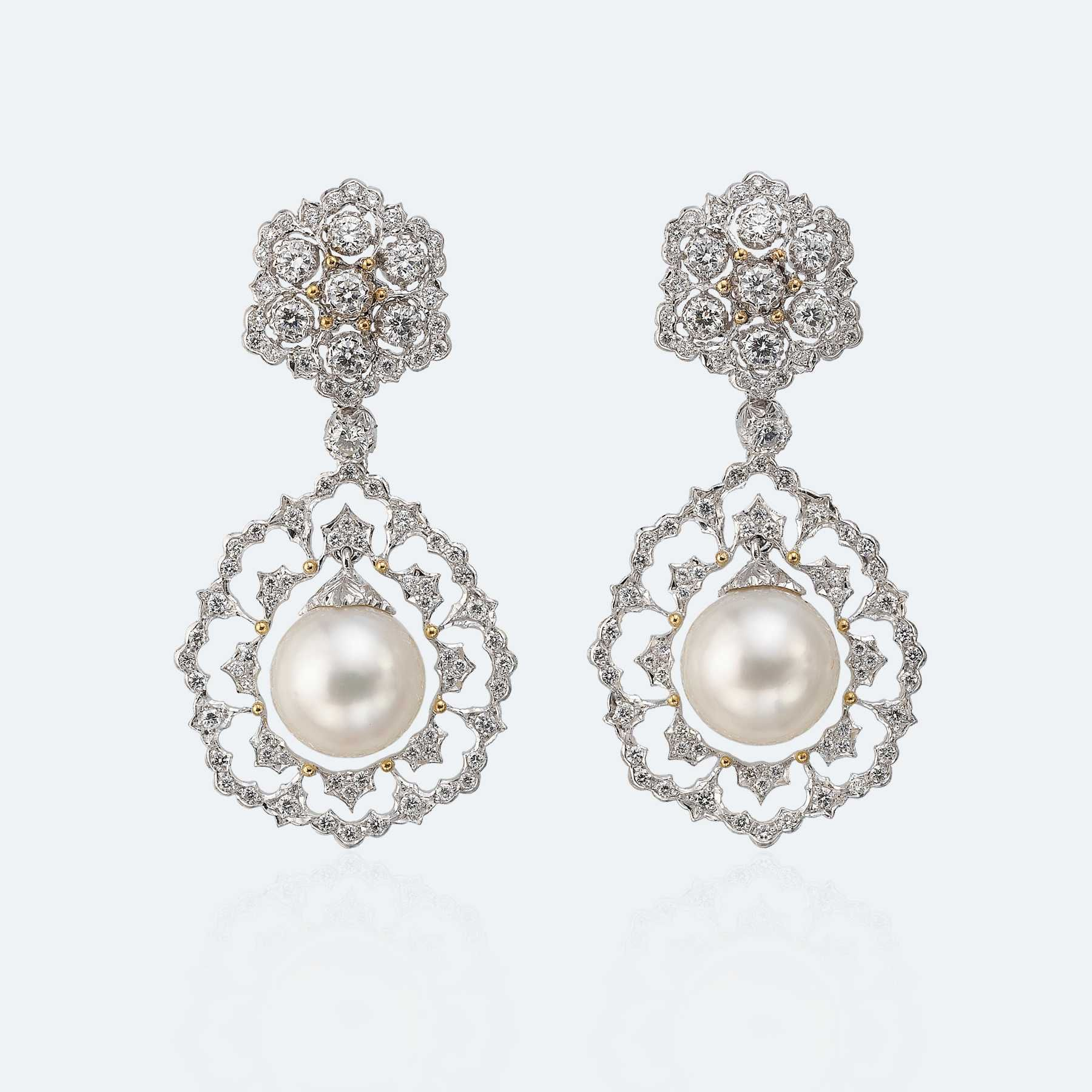Pendant earrings in white and yellow gold with pearls and diamonds