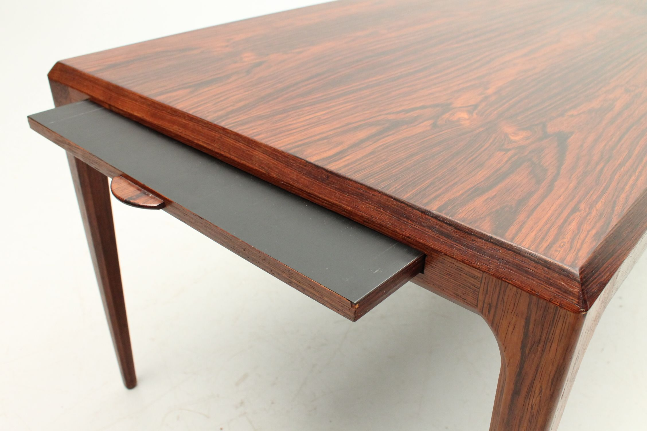 Detail of the formica extension on a coffee table in rosewood. Designed by Johs. Andersen and produced by CFC Silkeborg, Denmark. www.reModern.dk