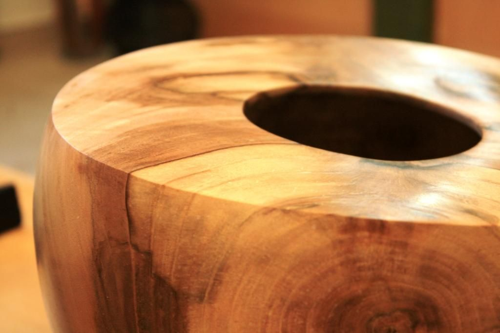 Wooden bowl made from one piece of wood / drevená nádoba vytvorená z jedného kusu dreva