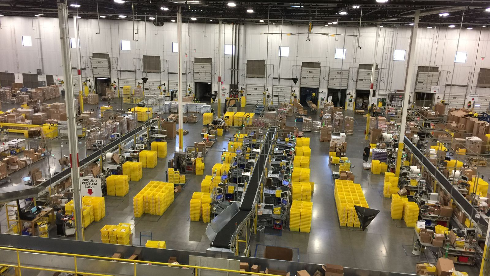 See Inside An Amazon Warehouse In 360 Degrees Warehouse Amazon