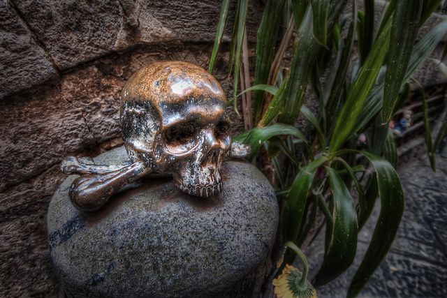 Chiesa di Santa Maria delle Anime del Purgatorio / Napoli. People often rub these skulls and then cross themselves for good luck.