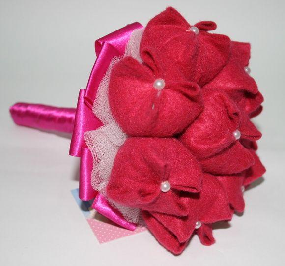 Uma nova versão do nosso buquê de tulipas, geralmente mais usado para daminhas, mas esta versão é fixa, com acabamento em tule e cetim, deixando o buquê mais sofisticado.    Gostou do modelo? Entre em contato e peça já seu orçamento! R$ 230,00