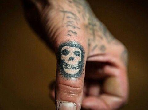Travis Barker S Misfits Thumb Tattoo Misfits Tattoo Misfits Skull Tattoo Thumb Tattoos
