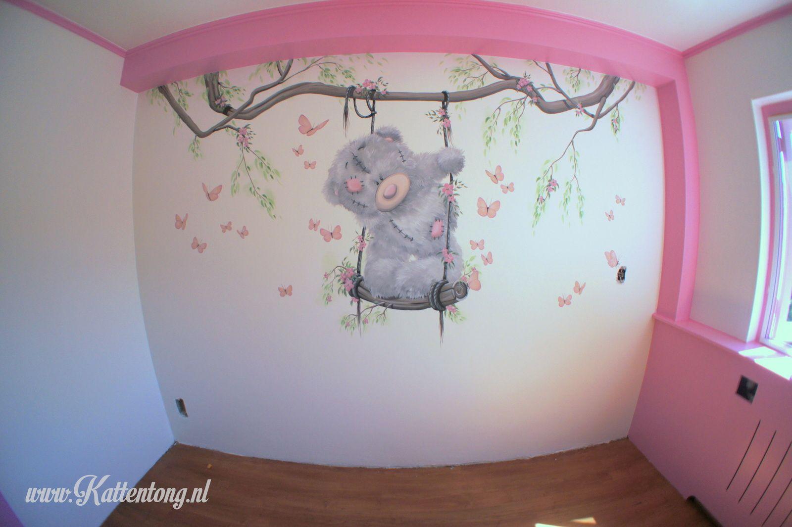 Muurschildering:Me to You / Tatty Teddy op schommel. Gemaakt door Kattentong Decoratiewerken.