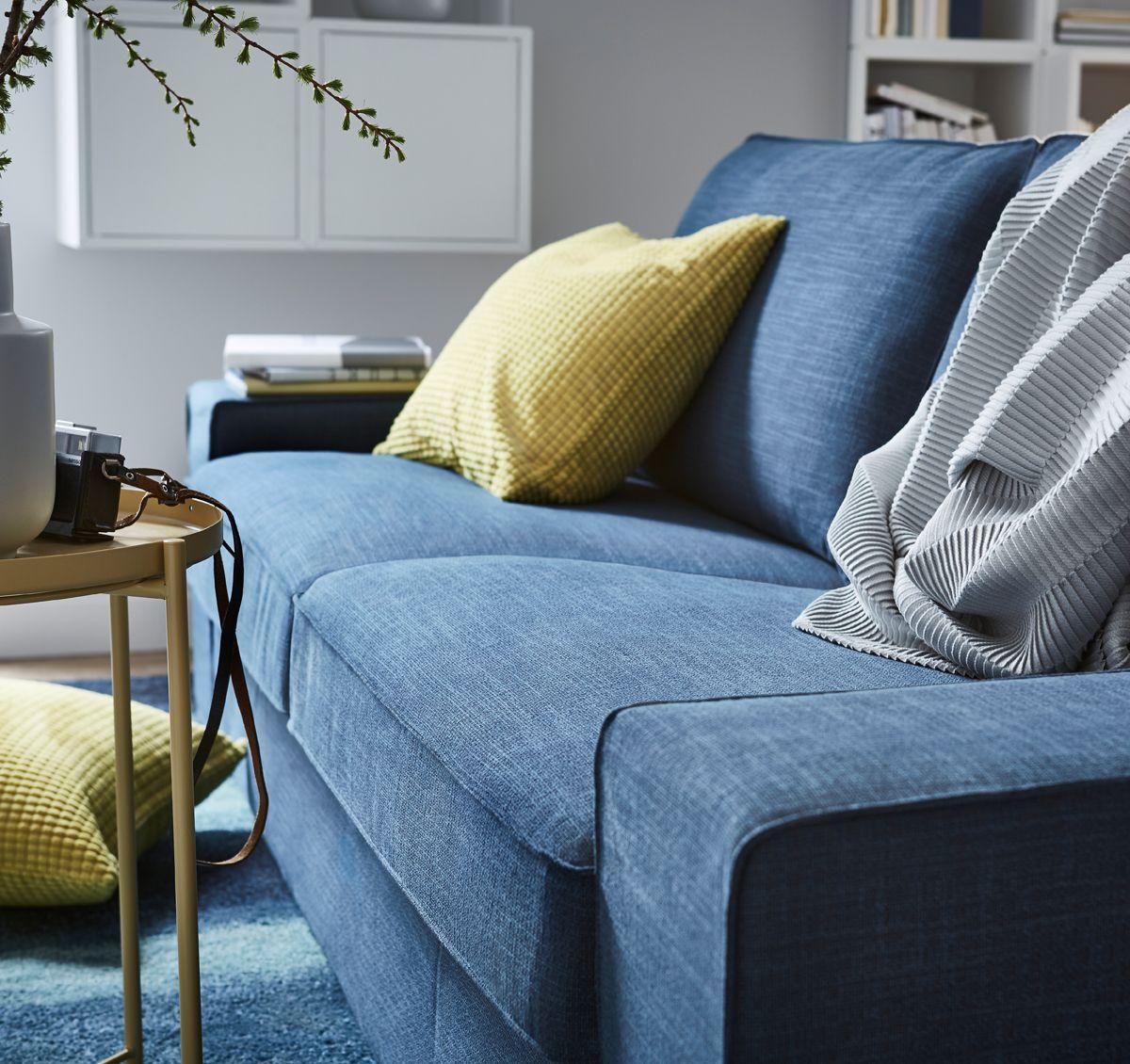 ce canap deux places kivik bleu fonc a une assise moelleuse et profonde et un dossier. Black Bedroom Furniture Sets. Home Design Ideas