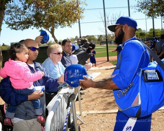 Dodgers Blue Heaven: Dodgers Notes from Spring Training: Full –Squad Workout #2 **Howie Kendrick signing for fans, pic via Jon SooHoo/LA Dodgers 2015
