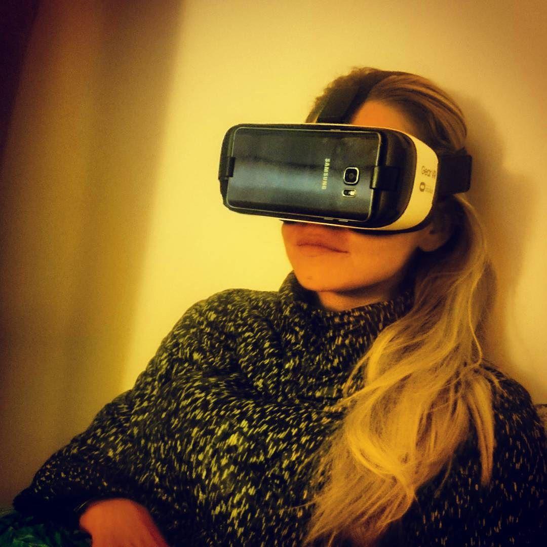 """An awesome Virtual Reality pic! #realidadevirtual #realitévirtuel #virtualreality #oculus tenho até medo do futuro essa mascara é uma realidade virtual e em 50 seg caí no jogo achei que o que eu estava vendo era à realidade  !! Daqui à pouco todo mundo vai ter um desse daqui à 5 anos no max o modèlo sera diferente porque claro essa máscara ira evoluir mas ô conceito esta ai!! """"Ce masque est de la réalité virtuel  dans maximum 5 ans tout le monde en aura un le modèle sera différent bien sur…"""