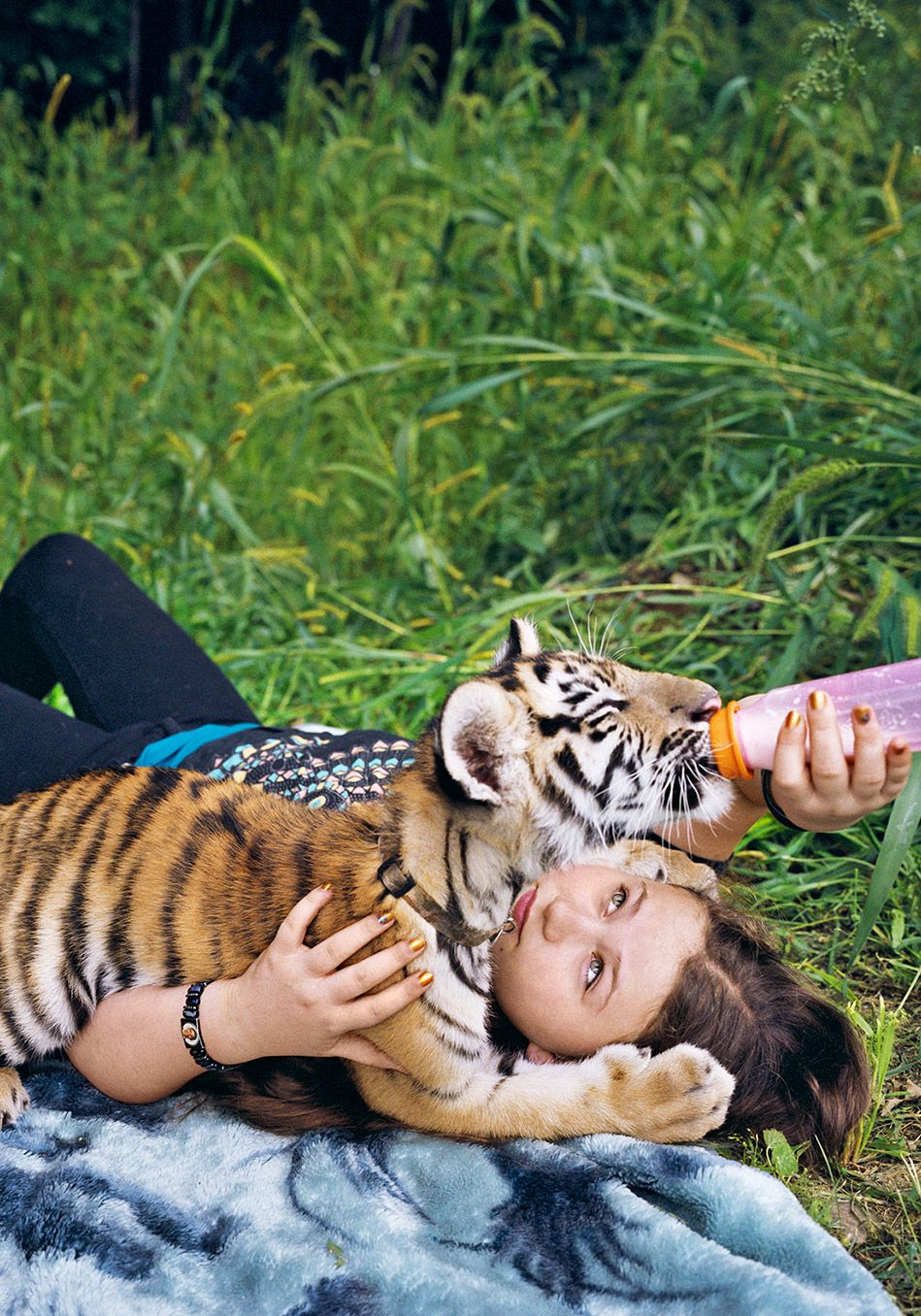 4 Unbelievable Photos of a Girl Who Befriends Wild Animals