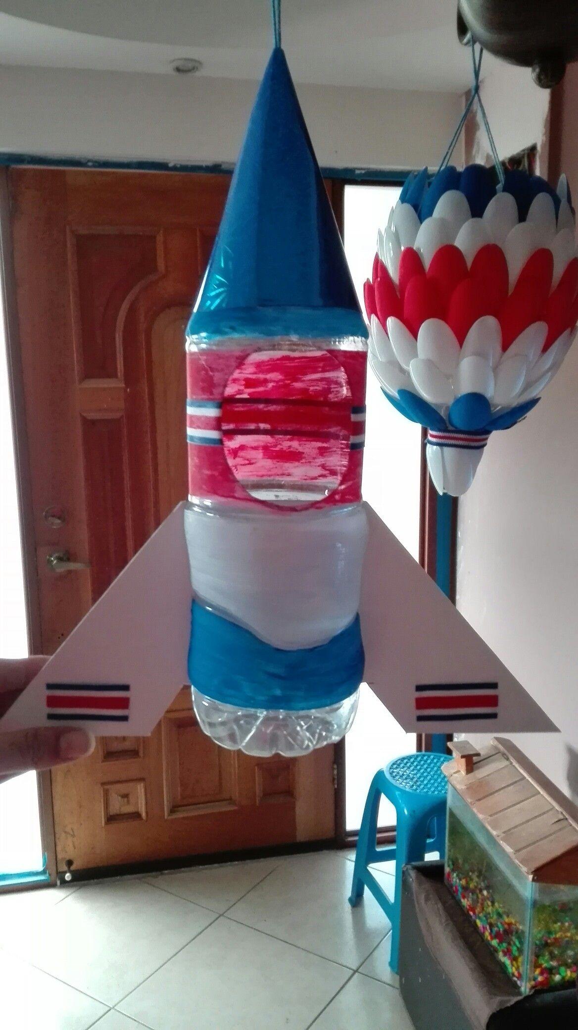 Farol cohete hecho con una botella cart n y un gorrito - Como hacer un cumpleanos original ...