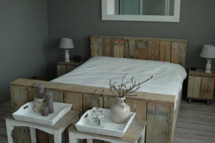 Prachtige slaapkamer met combinatie steigerhouten bed en grijze muren gezellig dingen voor - Grijze slaapkamer ...