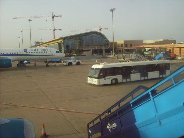Aeropuerto de Menorca. vistas exteriores del Aeropuerto de Menorca.    Alquiler de coches en el Aeropuerto de Menorca en http://www.reservasdecoches.com/es/alquiler-de-coches/Aeropuerto_de_Menorca.html