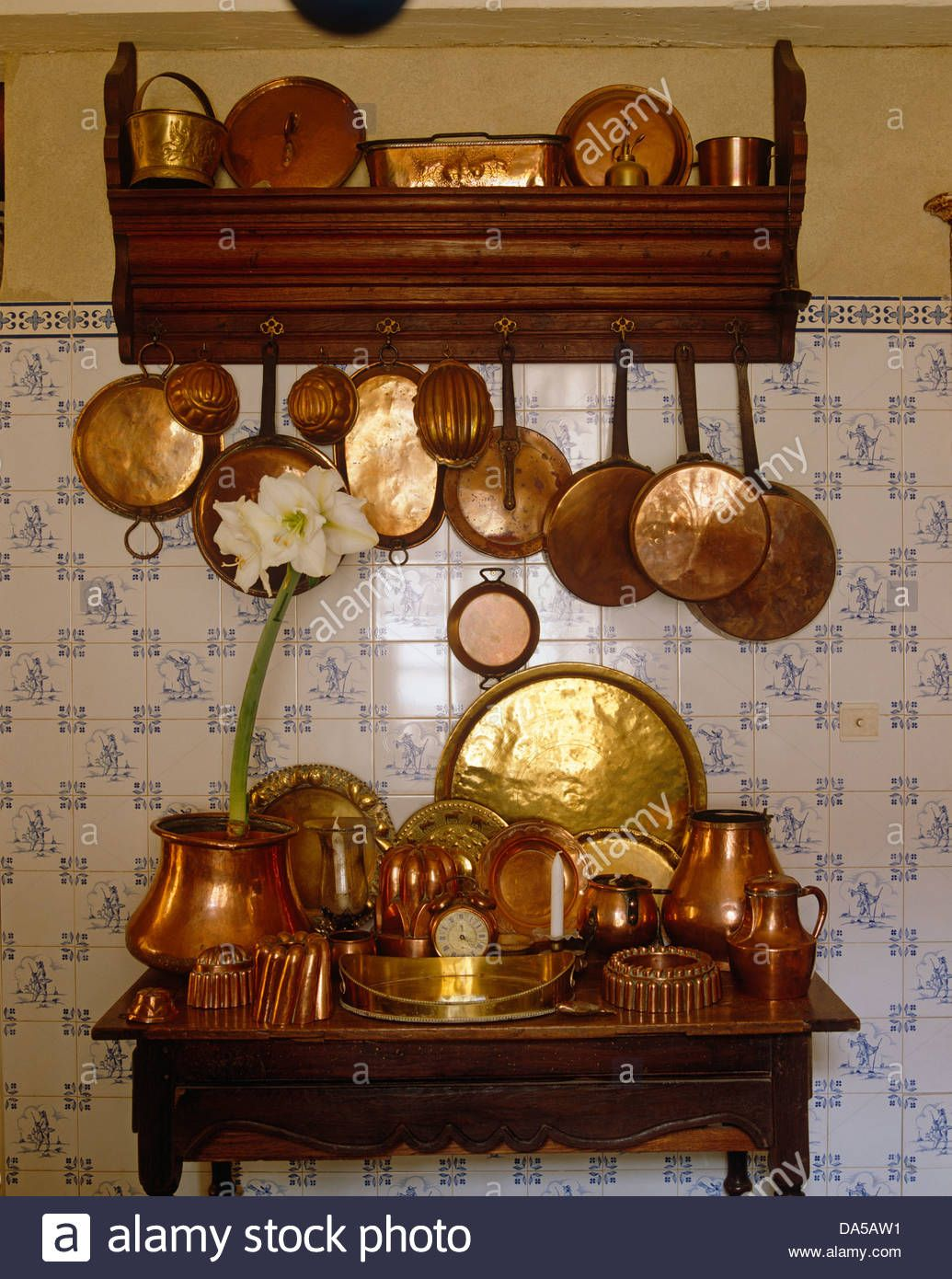 Close Up Of Collection Of Antique Copper Pots And Pans Hanging From Stock Photo Royalty Free Image 57895965 Alamy Pfannenhalter Halte Durch Kupfer