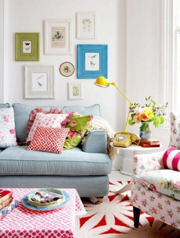 wohnzimmer design mit dekokissen, bildern mit bunten rahmen an der - lampe für wohnzimmer