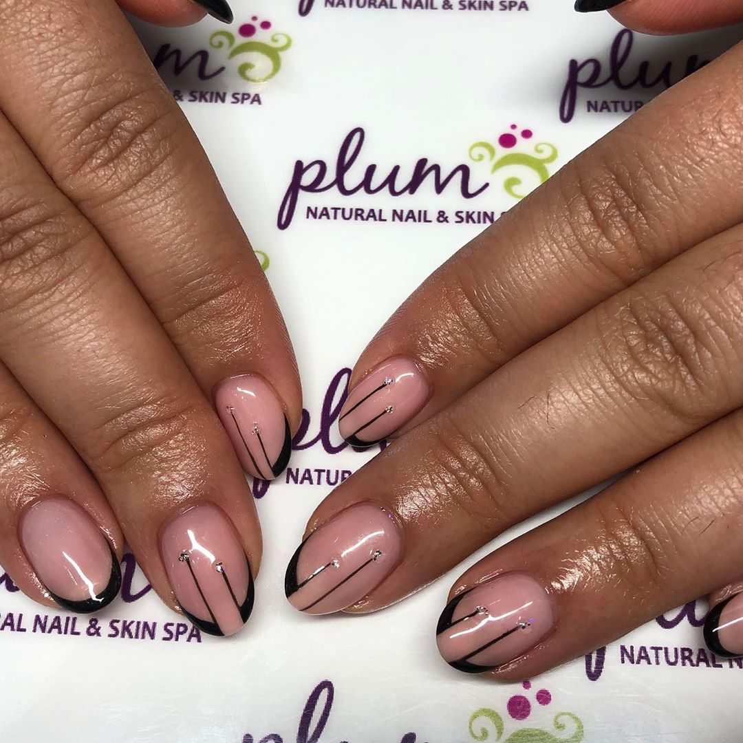 A Set Of Nails This Time With Neutral Colors And Very Simple Nail Art The Pearls Give Them A Romantic Touch I Hop In 2020 Vibrant Nails Best Acrylic Nails Nail Spa