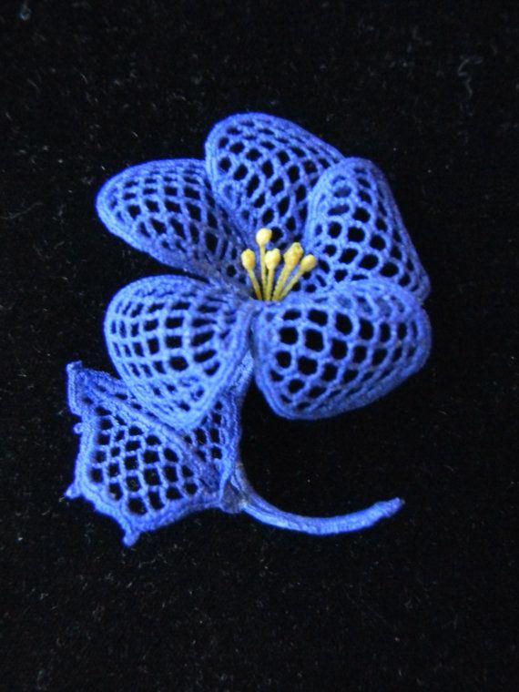 Ce joli bleue fleur au crochet a été fait main en Tchécoslovaquie (maintenant deux pays distincts). Il fait un très beau corsage Pâques ou la fête