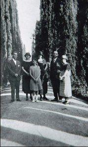 De izquierda a derecha: Federico, Zenobia Campubrí, Isabel García Lorca, Emilia Llanos, Juan Ramón Jiménez y Concha García Lorca, Granada, en los Jardines del Generalife, en 1924.