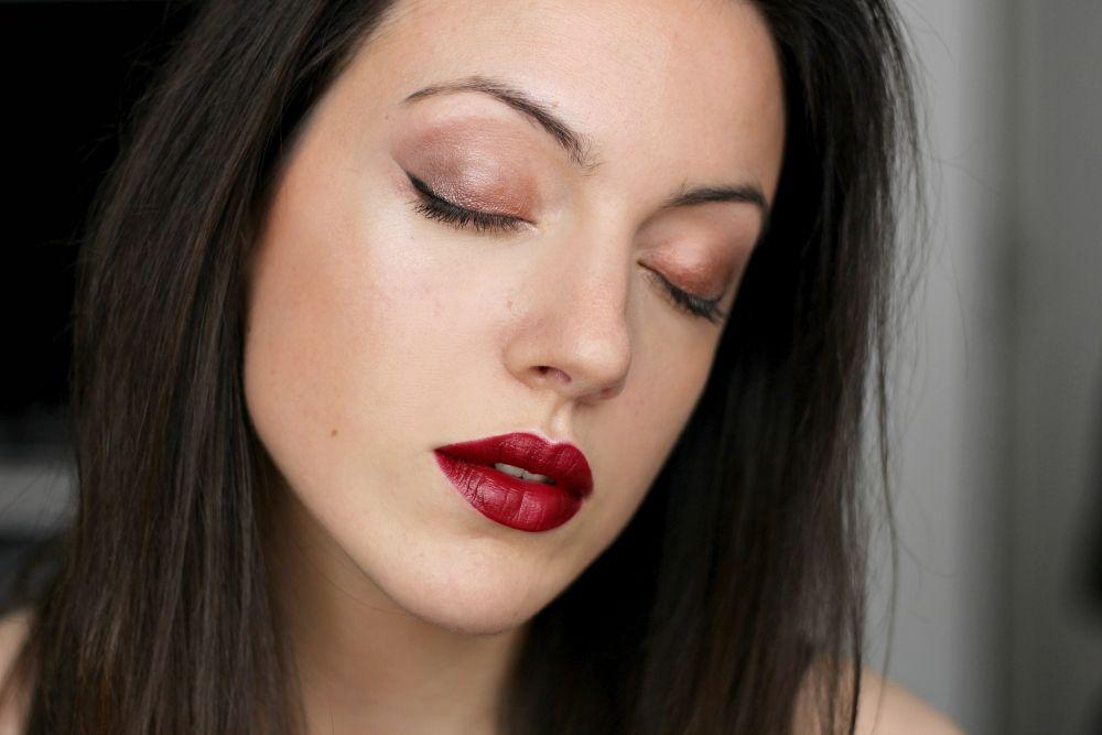 rote Lippen, kupferfarbener Lidschatten