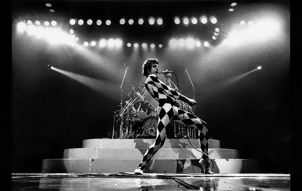 Freddy Mercury performing 16 december 1977 by George Rose/ Los Angeles Times