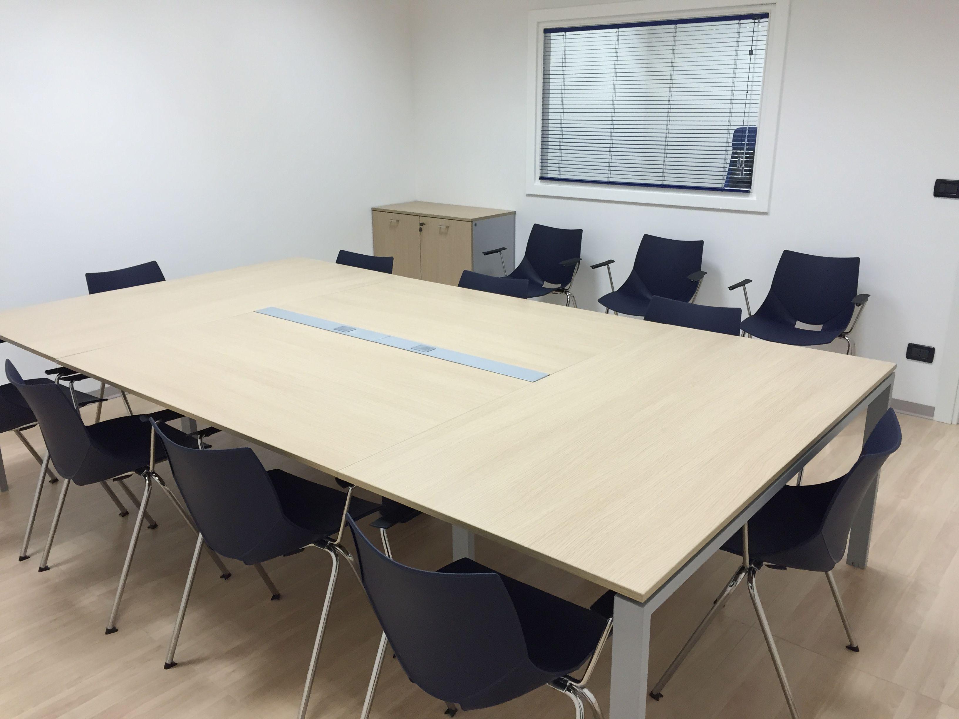 Tavolo Riunioni Ergonomico Con Prese Centrali Per Collegamento Computer Sedute In Polipropilene Vari Colori Nel 2021 Tavolo Riunioni Arredamento Per Ufficio Tavolo