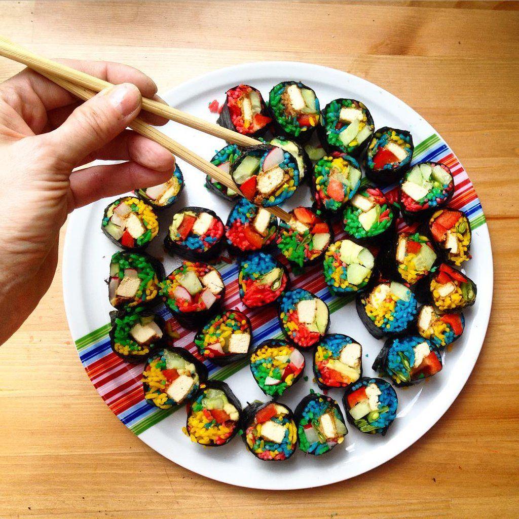 El sushi se unió a la nueva tendencia gastronómica del arcoíris y se ve mágico! >> https://t.co/3QfgeyNg2b https://t.co/IYQ6YdKUB4