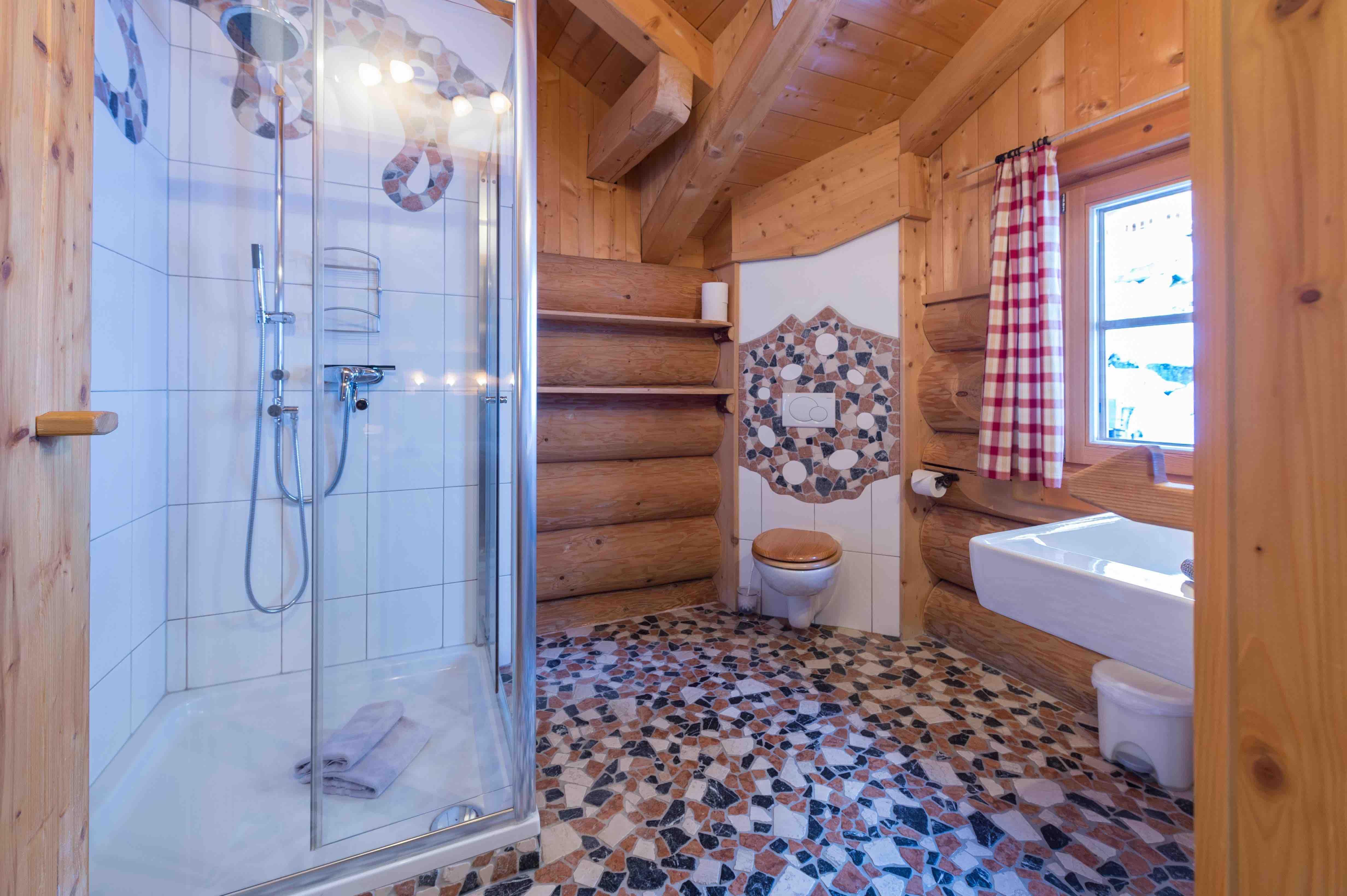 Bad mit Regendusche im Blockhaus Unser Maulwurf Chalet