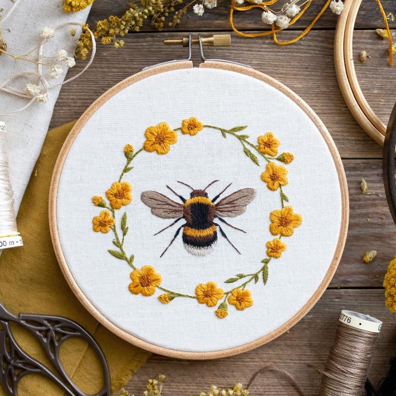 Sweet Bee & Floral Wreath: Hand Embroidery Pattern. Digital Download. Beginners Thread Painting Tutorial. Paint With Thread. Hoop Art – Embroidery