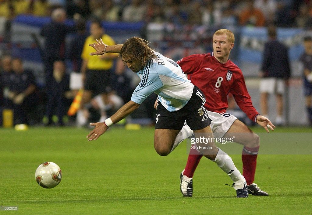 Gabriel Batistuta Of Argentina Goes Past Paul Scholes Of England During The Fifa World Cup Finals 2002 Group F Match Played In 2020 Argentina England Football Players