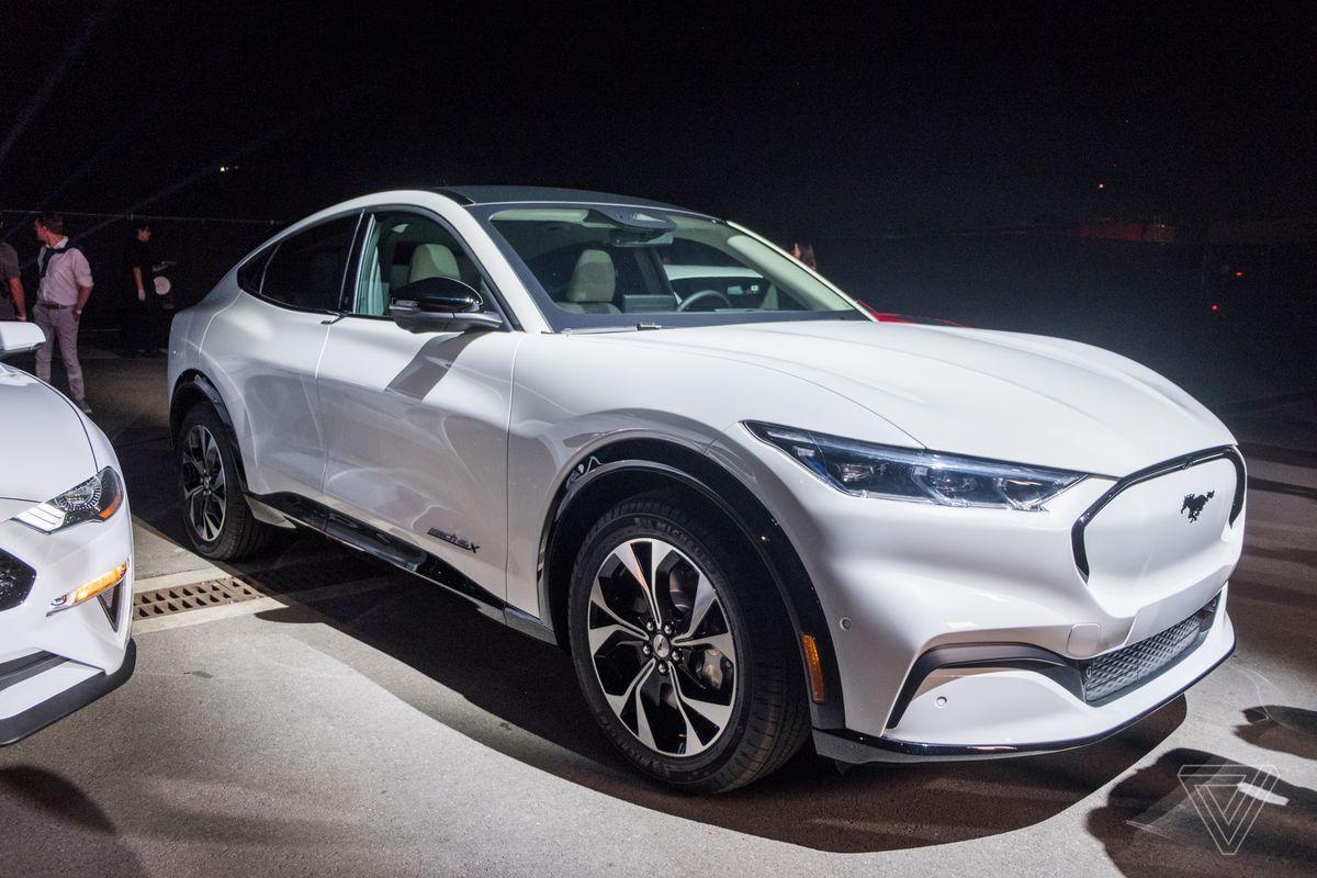 El fabricante de autos Ford ha mostrado su auto eléctrico Mustang Mach-E que competirá con el nue