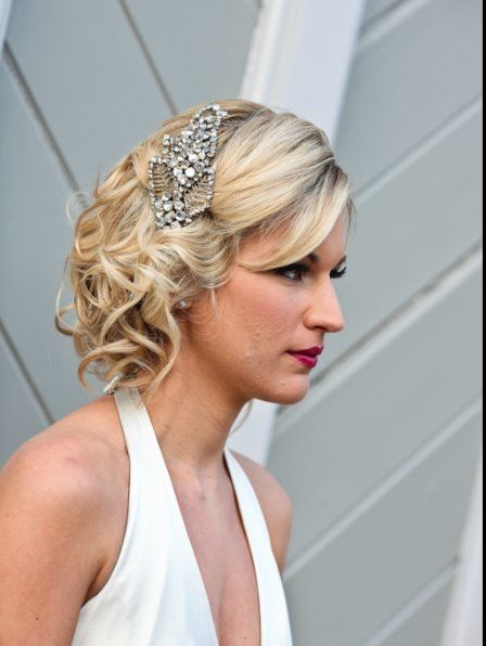 Cheveux courts coiffure mariage bouclés headband strass