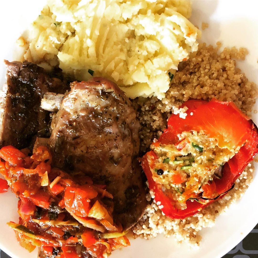 Poivrons rouges au quinoa sucrés cuits au four avec ratatouille, côtelettes de... - Ratatouille