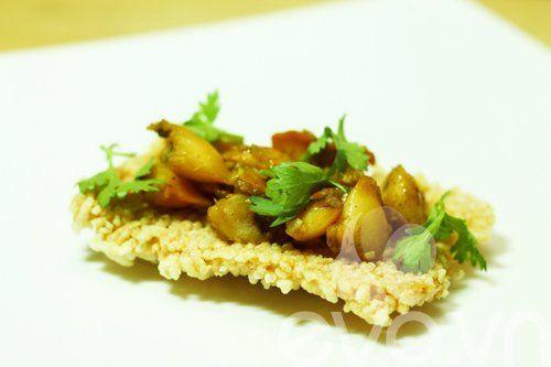 Sò lông xào cà ri cay nồng ăn kèm cơm cháy - http://congthucmonngon.com/38977/so-long-xao-ca-ri-cay-nong-an-kem-com-chay.html