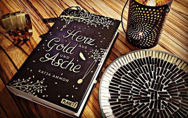 Das Buchcover ist eine Schönheit. 💛 Das matte Schwarz wird zur Mitte hin etwas…