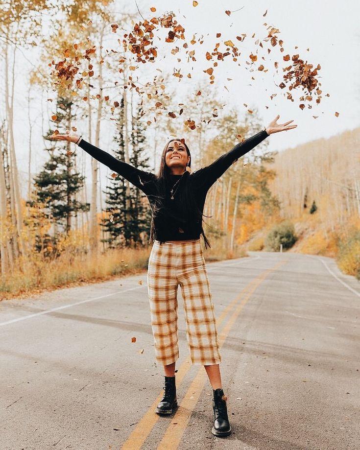 Black Sweater With Cropped Patterned Pants And Black Combat Boots Visit Daily Dress Sesiones De Fotos De Otono Poses Para Fotografia Sesiones De Fotos Tumblr