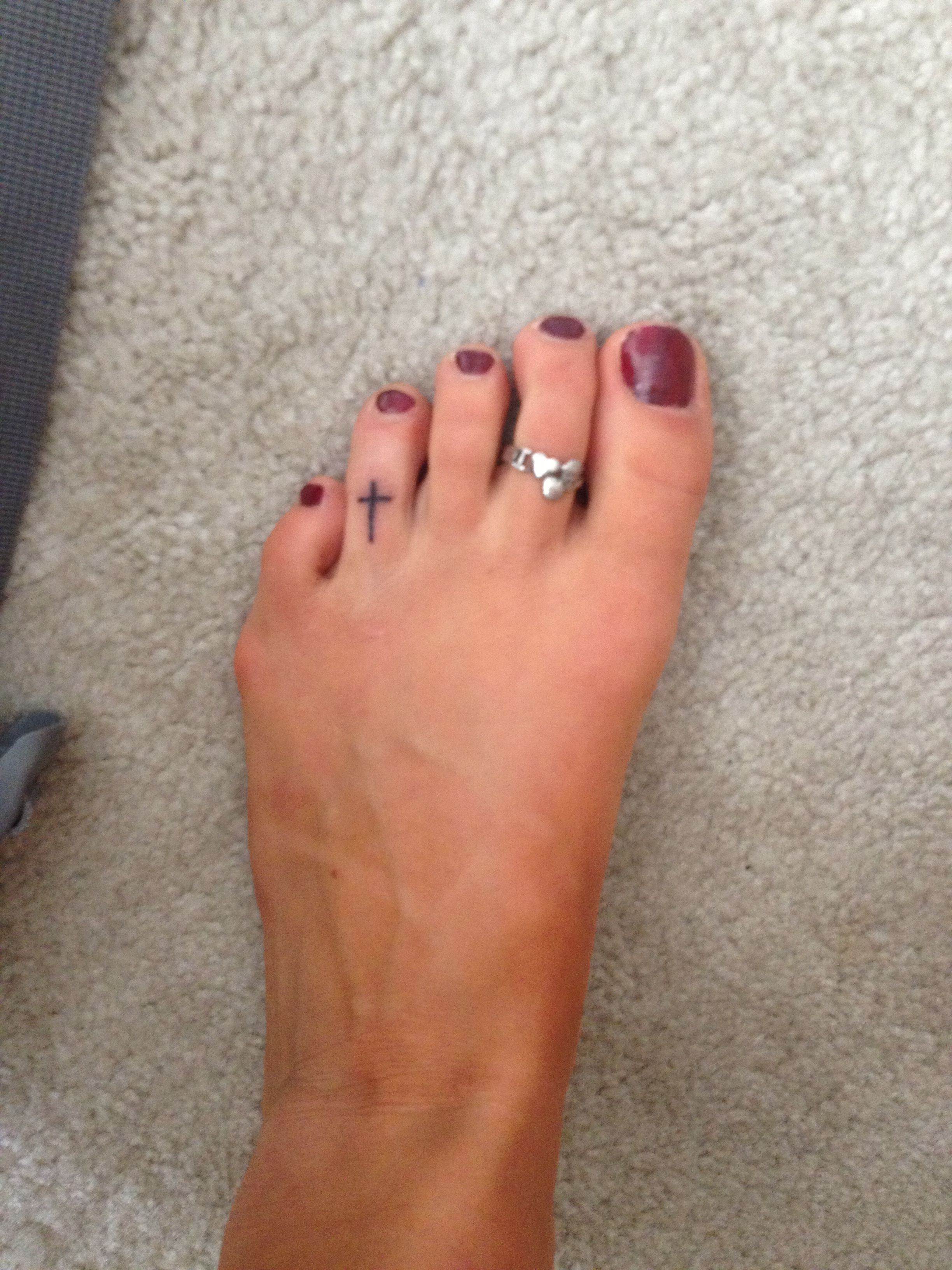 Little cross tattoo never thought to put it on the toe for Toe tattoos pinterest